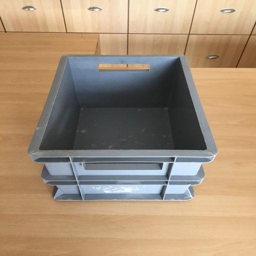 grijze gebruikte magazijnbak